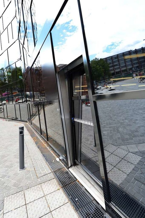 Die defekte Tür am Seiteneingang.    Foto: Rita Eggstein
