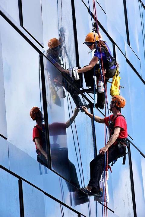 Die Arbeit von Fensterputzern ist mühsam.    Foto: Thomas Kunz