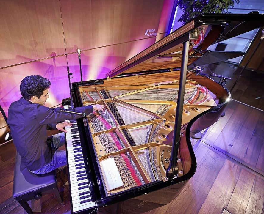 Aeham Ahmad improvisiert am Flügel.  | Foto: Claudia Höhne