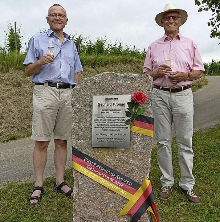 Hans-Werner Retterath (links) und Anton Beha (rechts) gedachten Gebhard Kromer.     Foto: Jutta Gerlach