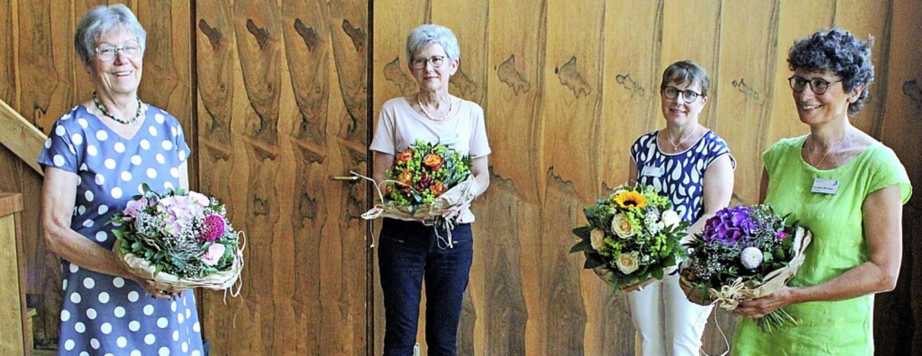 Ein Dankeschön gab es für die Hospizhe...heim, Erna Erbe und Eva-Maria Neumann.  | Foto: Rolf Reißmann