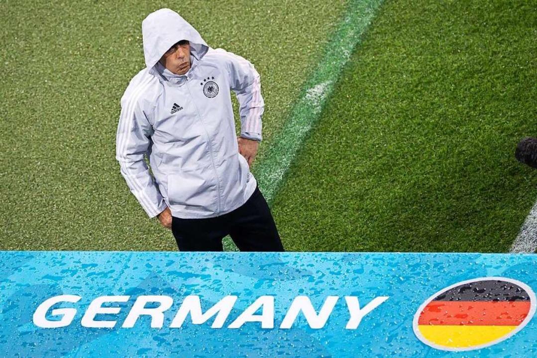 In München beim Spiel gegen Ungarn dur... der Kritik: Bundestrainer Joachim Löw    Foto: Christian Charisius (dpa)