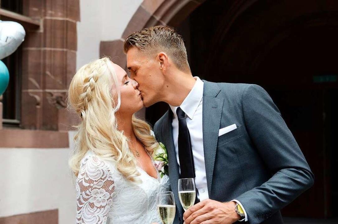 Ein glückliches Paar im Innenhof des F...tersen haben sich das Ja-Wort gegeben.    Foto: Ingo Schneider