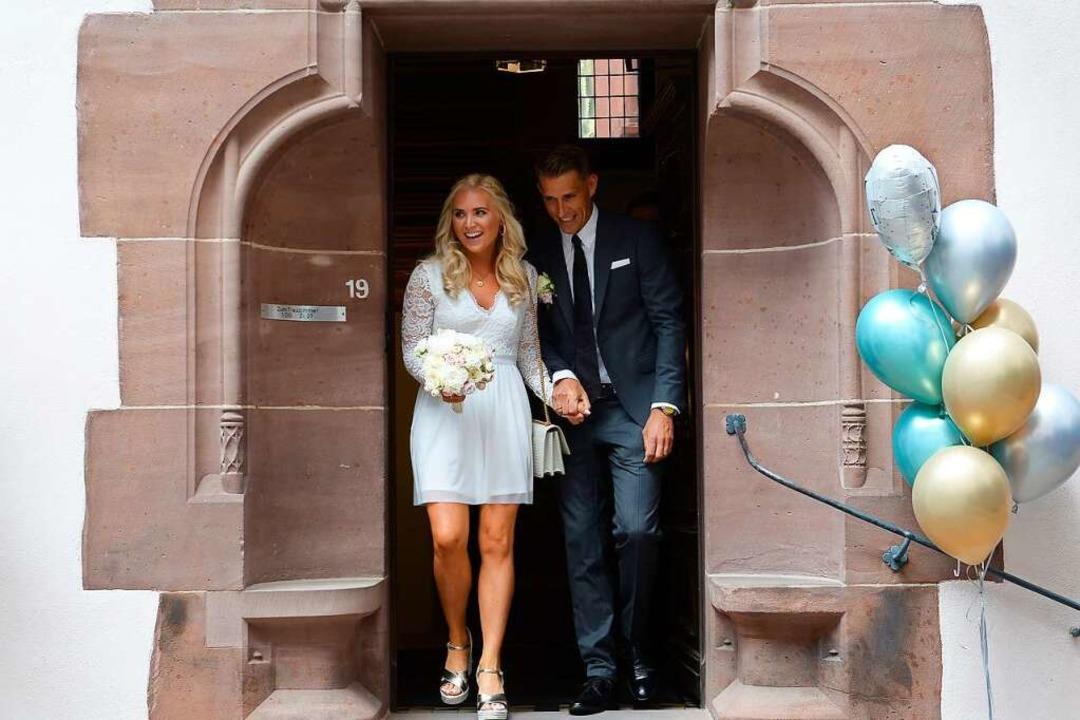 Sie haben Ja gesagt: Herr und Frau Petersen verlassen das Rathaus.    Foto: Ingo Schneider