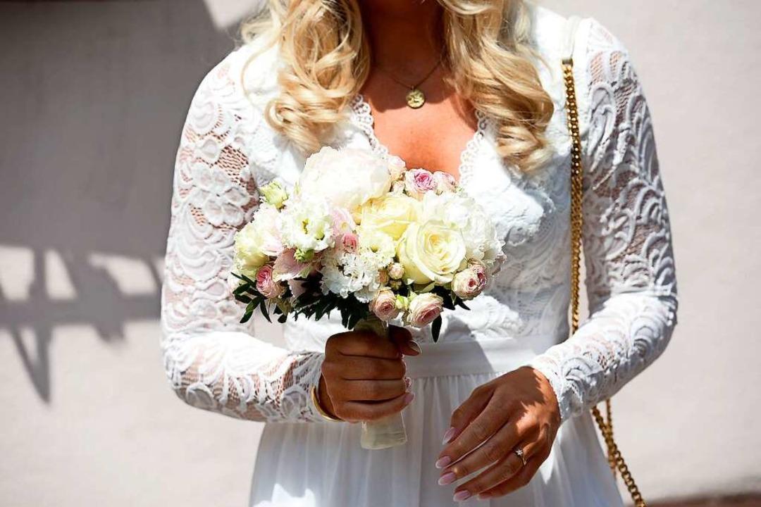 Der schöne Brautstrauß flog später noch durch den Rathaus-Innenhof    Foto: Ingo Schneider