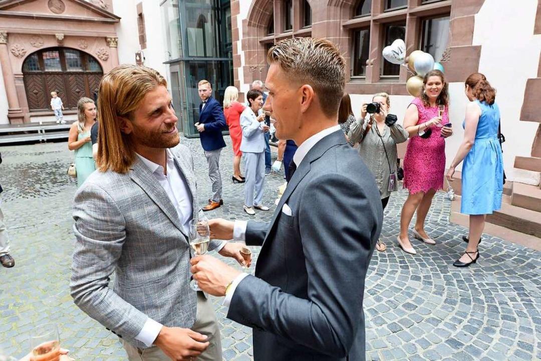 Lucas Höler (links) gratuliert seinem Kollegen aus dem SC-Sturm.    Foto: Ingo Schneider