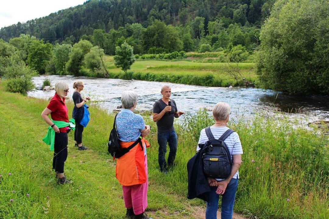 Gewässerwart Bruno Imbery  transportie... die Teilnehmer der BZ-Hautnah-Aktion.  | Foto: Martin Klabund