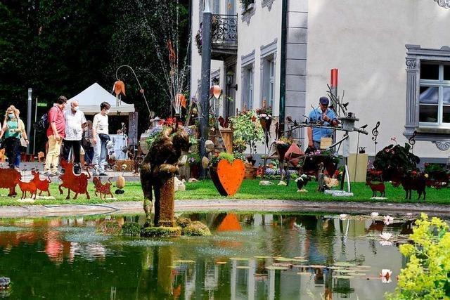 Besucher und Aussteller genießen Kunstmarkt in Bad Säckingen