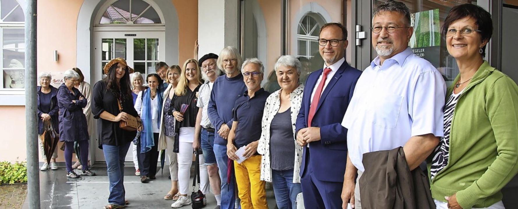Hausbesitzer und Künstler bei der Vern...die Idee zu der Freiluft-Aktion hatte.  | Foto: Christiane Franz