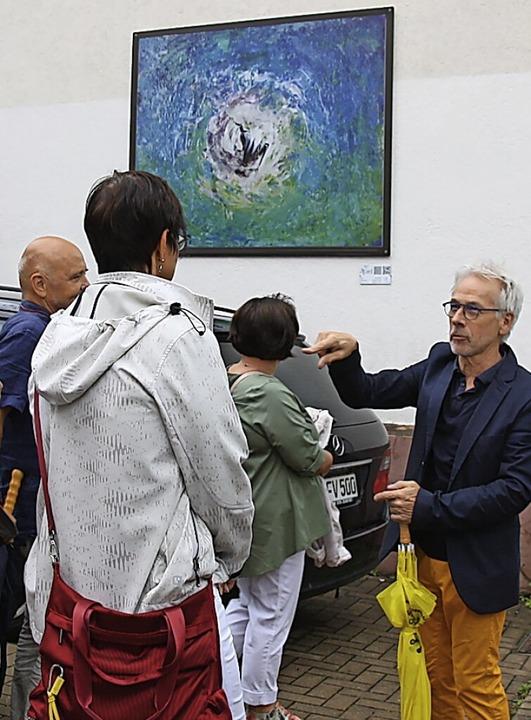 Dieter Rottler stellt ein Bild von Senta Ernst an der Hauptstraße vor.  | Foto: Christiane Franz