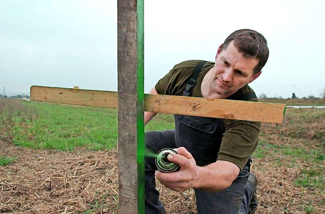 Thomas Frenk stellt ein grünes Kreuz a...en gegen die Agrar- und Umweltpolitik.    Foto: SWR