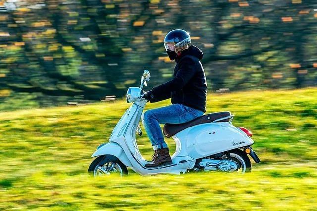 Fahrer eines Motorrollers verletzt sich nach Unfall mit Radler in Denzlingen schwer