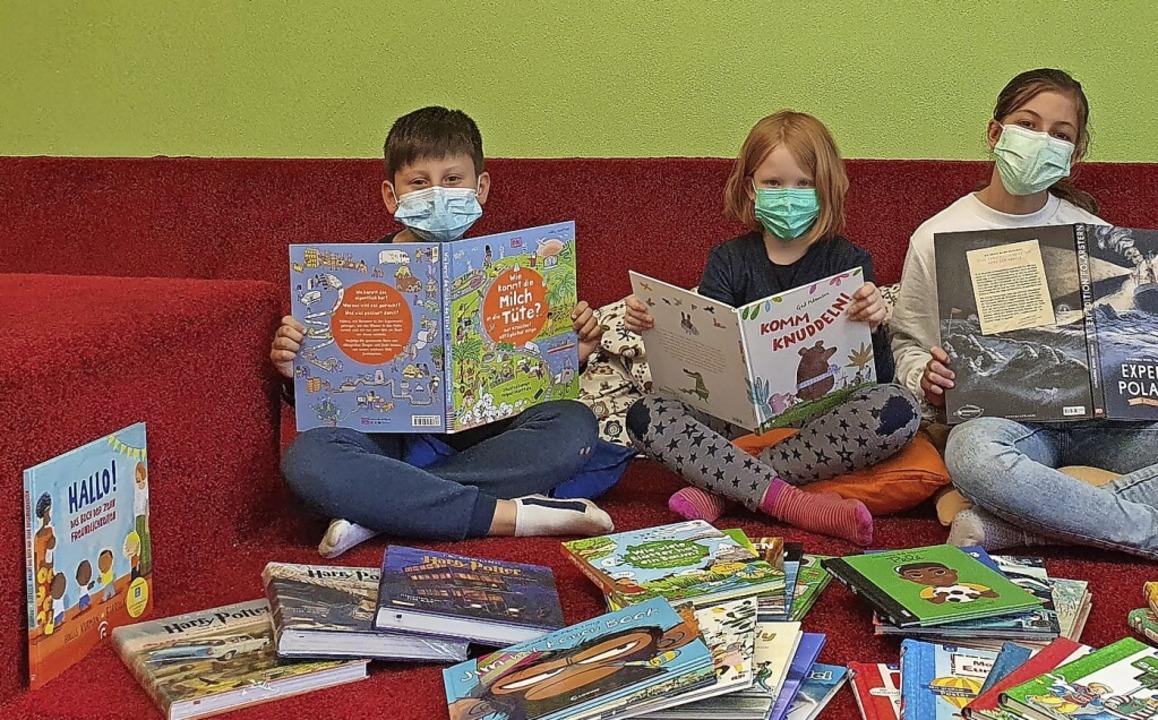 Viele neue bunte Bücher in der Grundsc...ramer machte die Anschaffung möglich.   | Foto: Grundschule am Kohlenbach