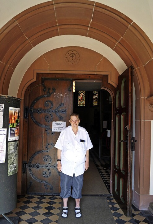 Pfarrerin Gabriele Mayer  im Portal der Pauluskirche   | Foto: Silke Hartenstein