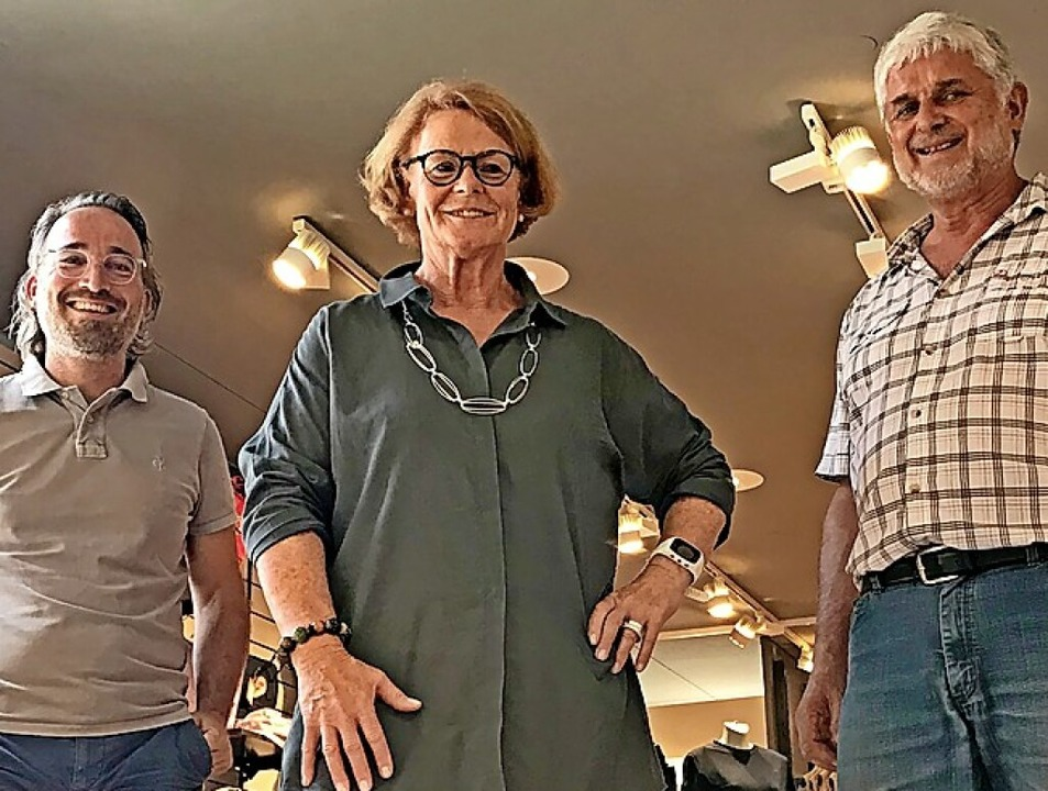 Brigitte Krautschor ist 50 Jahre bei H...inks Stefan Späth, rechts Raimund Haaf  | Foto: Schuh- und Sporthaus Haaf