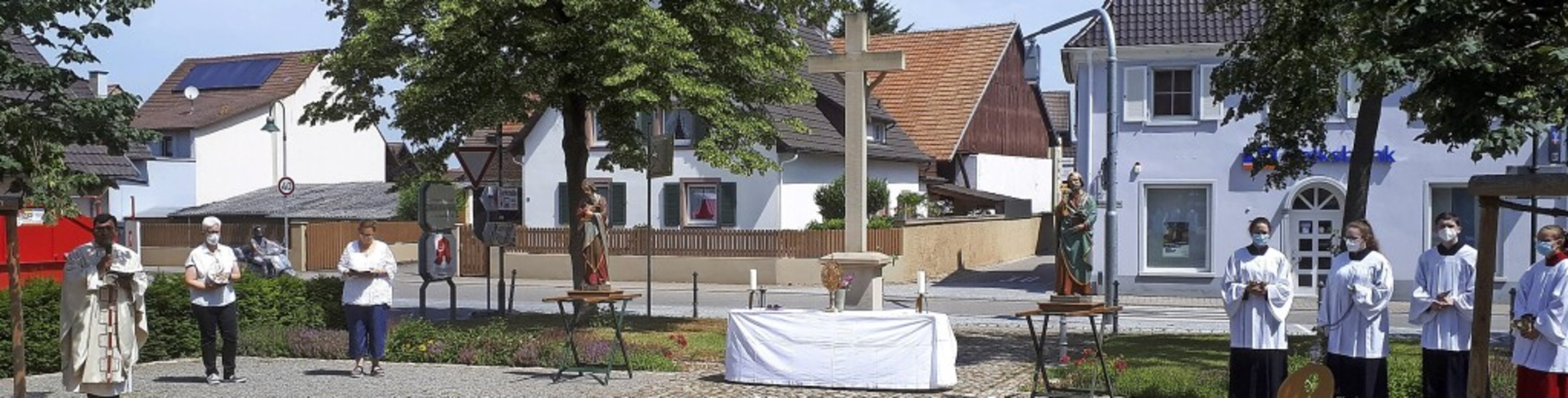 Patrozinium einmal anders: Statt Proze...g vor der Kirche mit Abstand und Maske  | Foto: Otmar Faller