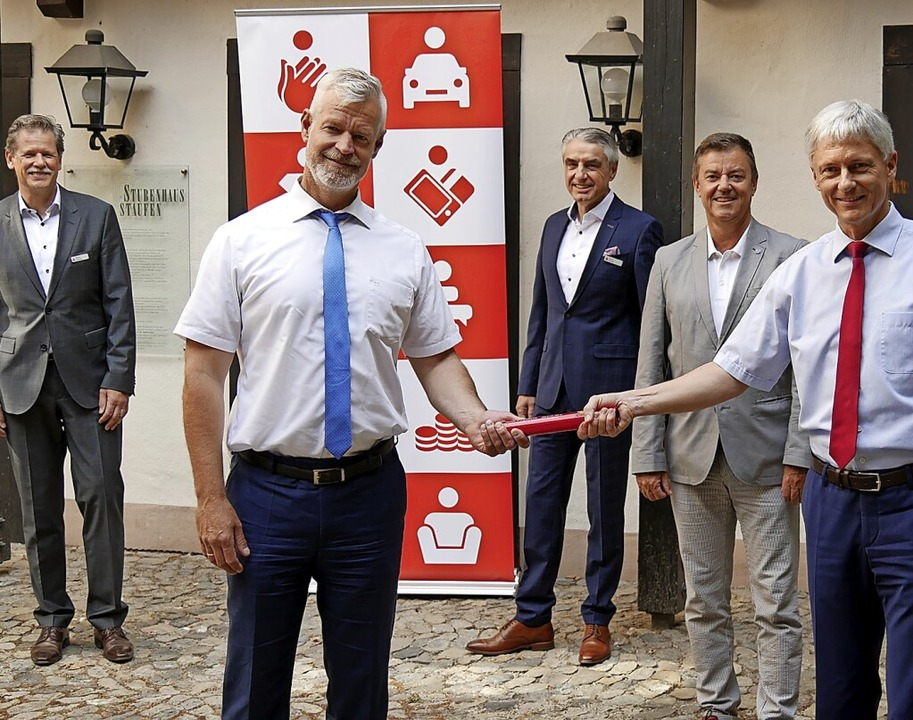 Den Staffelstab des Verwaltungsratsvor...rozingens Bürgermeister Volker Kieber.    Foto: Sparkasse Staufen-Breisach
