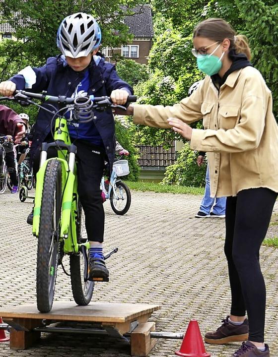 Mut, Balance und Geschicklichkeit brau... dem Fahrrad über die Wippe zu fahren.  | Foto: Eva Korinth