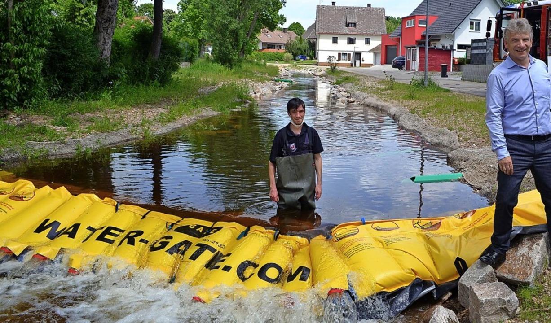 Ein Hochwasserschutzsystem im Wert von... Die Übergabe fand am Rötenbach statt.  | Foto: Liane Schilling