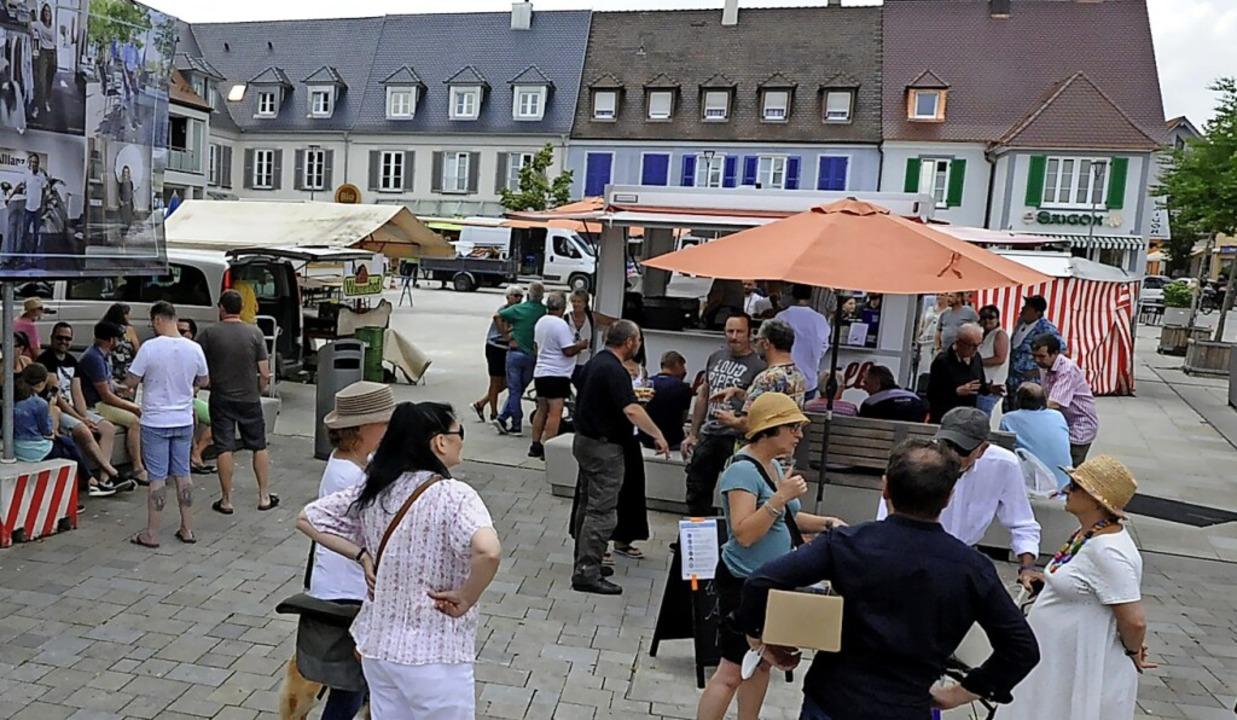 Belebt sind die Stände auf dem Marktplatz in Breisach.    Foto: Markus Zimmermann