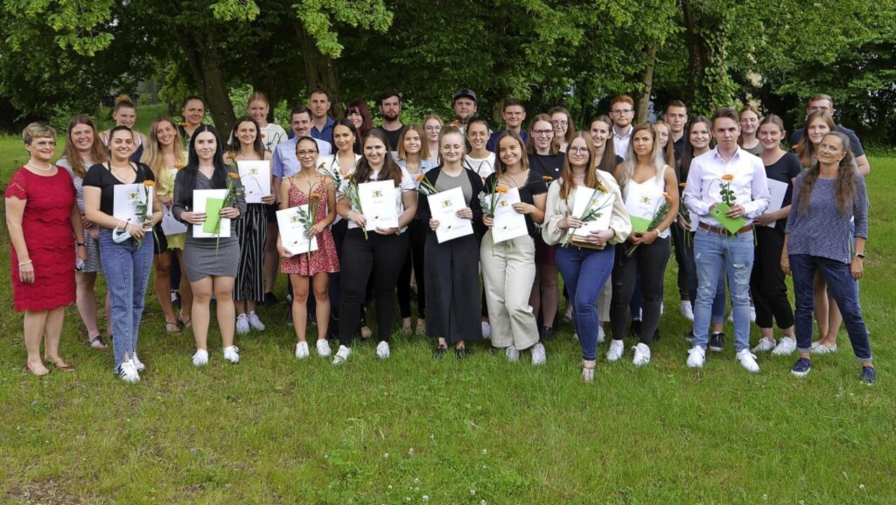 159 Absolventinnen und Absolventen leg...eistungen mit Preisen ausgezeichnet.    | Foto: Carl-Helbing-Schule