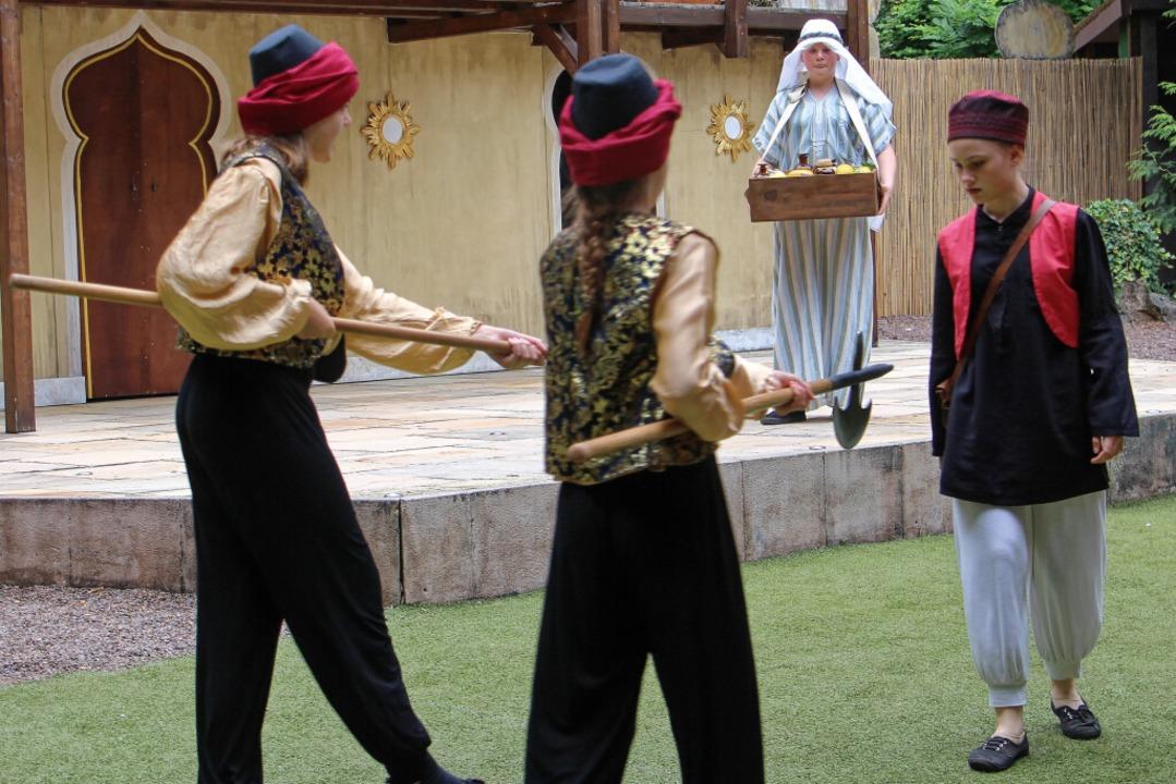 Aladdin (Layla Jessen, rechts) wird verhaftet.  | Foto: Ruth Seitz