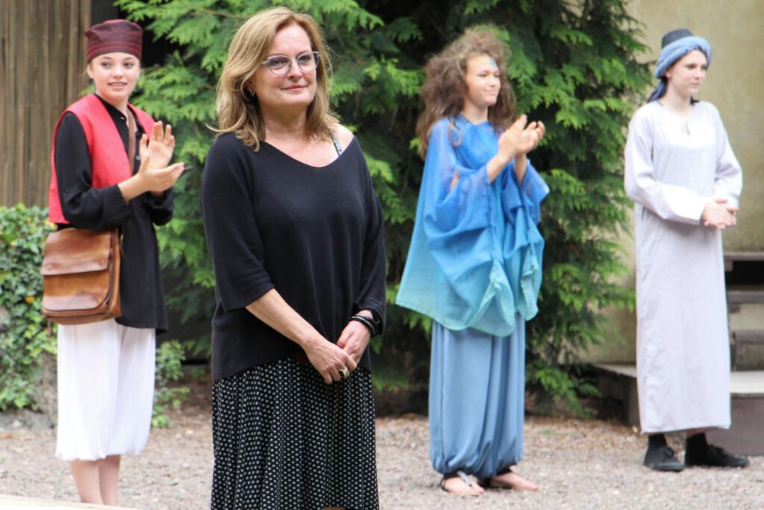 Regisseurin Silvia Gschwendtner freut ... Ensemble über die gelungene Premiere.  | Foto: Ruth Seitz