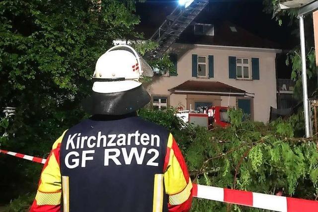 Baum stürzt auf Dach in Freiburg-Kappel