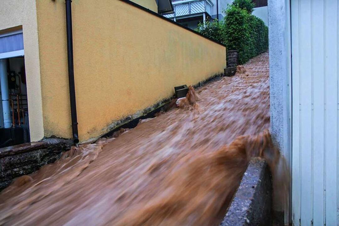 Altensteig: Braune Wassermassen rausch...pe nach unten nach heftigen Unwettern.  | Foto: Aaron Klewer (dpa)
