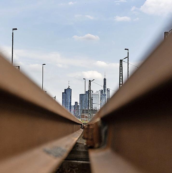 Schneller soll der Bahnverkehr werden mit einem Tunnel in Frankfurt.  | Foto: Boris Roessler (dpa)