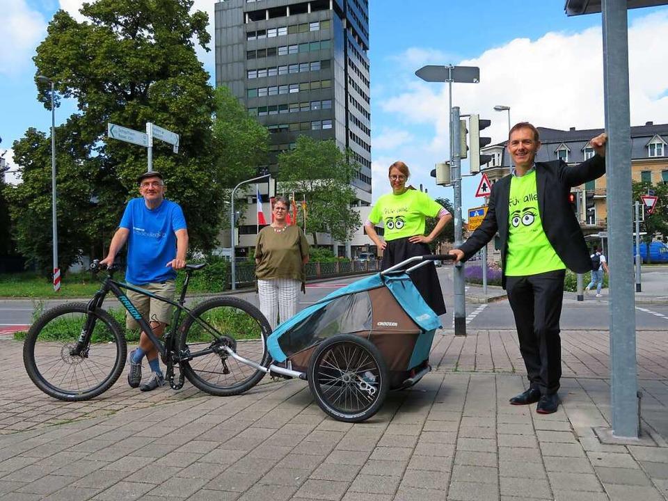 Kündigen das Stadtradeln an und zeigen...-Avdic und Oberbürgermeister Jörg Lutz  | Foto: Peter Gerigk