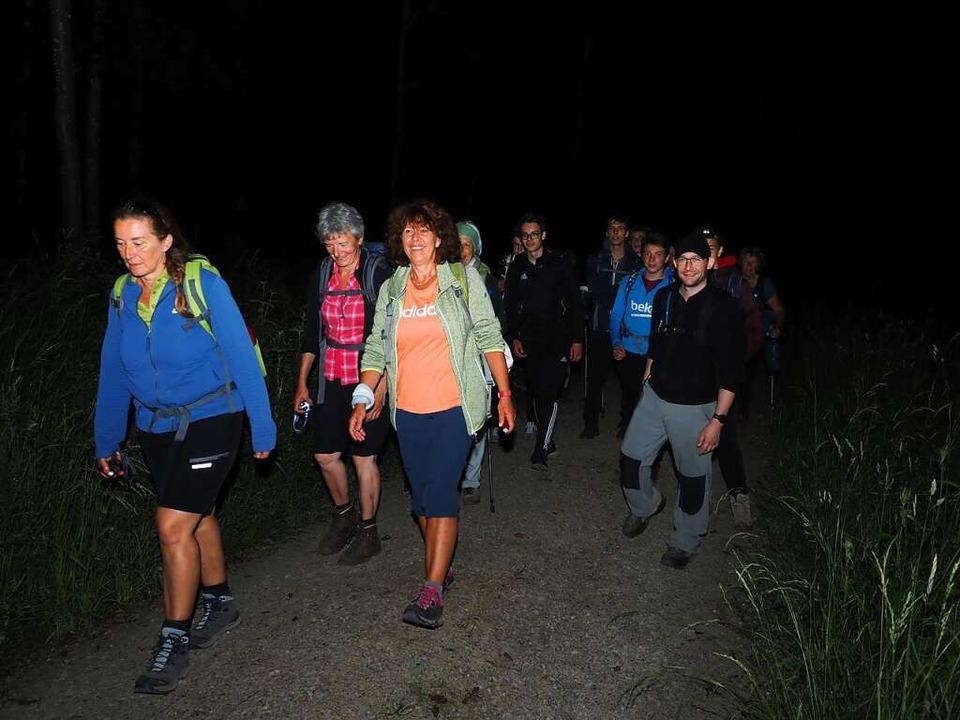 Wandern rund um die Uhr: Im Dunkeln gi...rerin Gerdi Oeschger (links) vorneweg.  | Foto: Boris Burkhardt