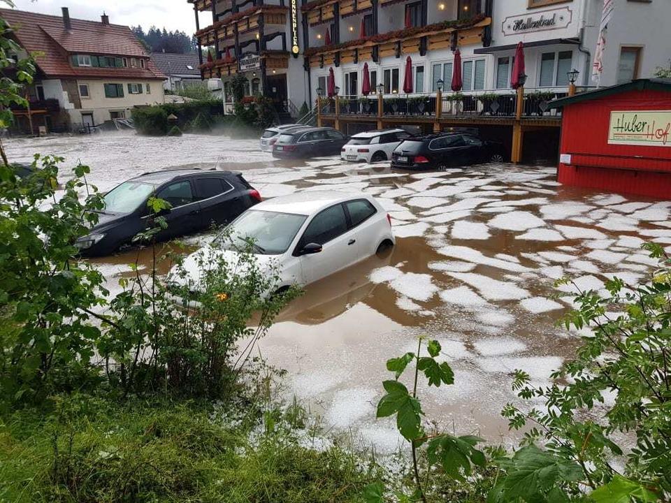 Nach Unwetter versinken Autos im Hochw... in Besenfeld (Landkreis Freudenstadt)  | Foto: kamera24.tv