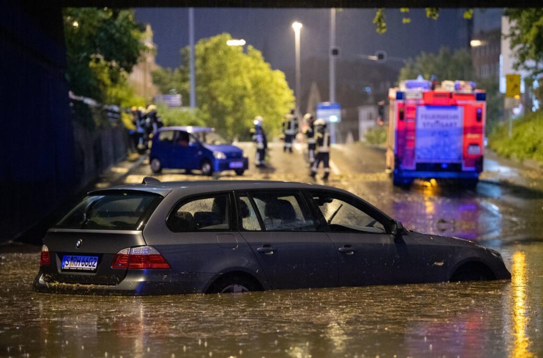 Stuttgart: Ein Auto steht in der überf...nterführung am Österreichischen Platz.  | Foto: Marijan Murat (dpa)