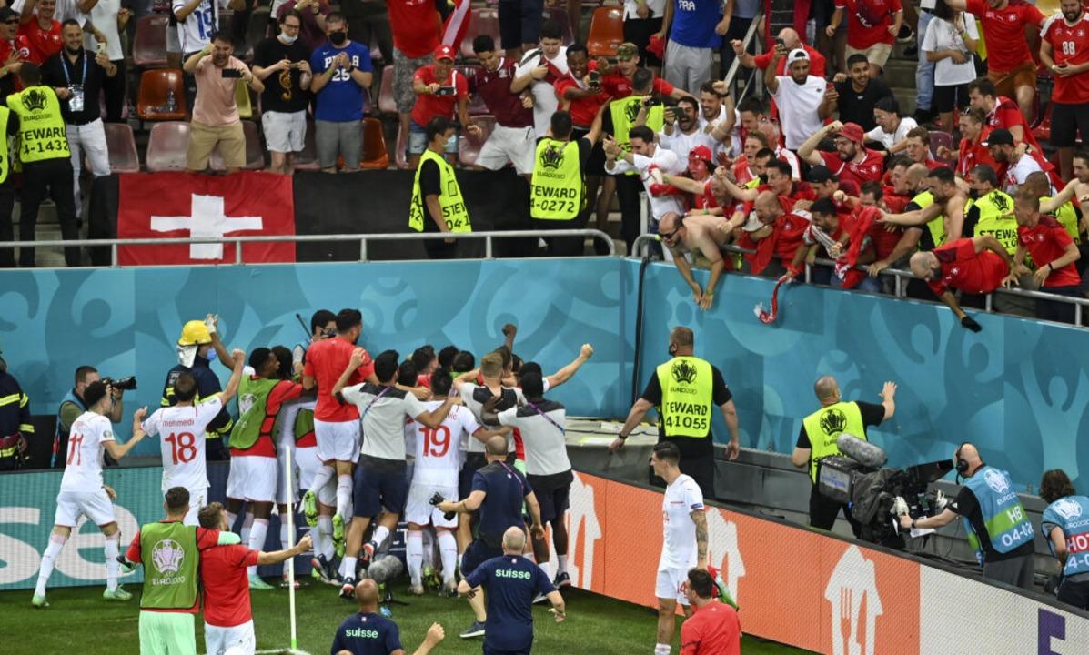 Die Schweizer Spieler jubeln nach dem Sieg im Elfmeterschießen.  | Foto: Daniel Mihailescu (dpa)