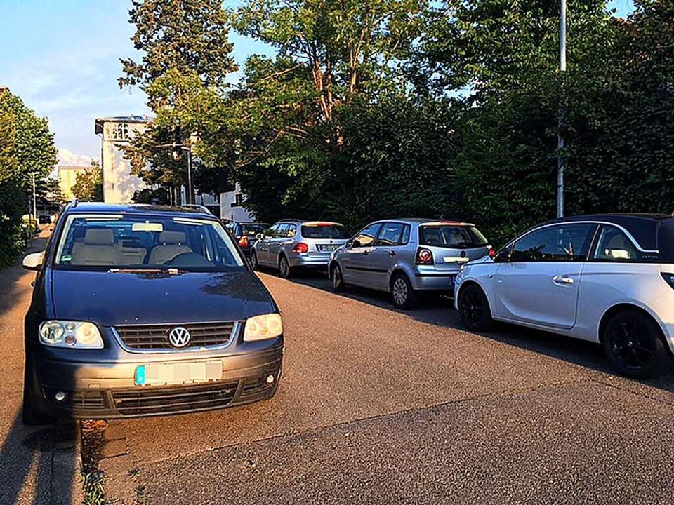 Im Haslacher Erlenweg wird es eng, wen... mehr teilweise auf dem Gehweg parken.    Foto: Dominik Bloedner