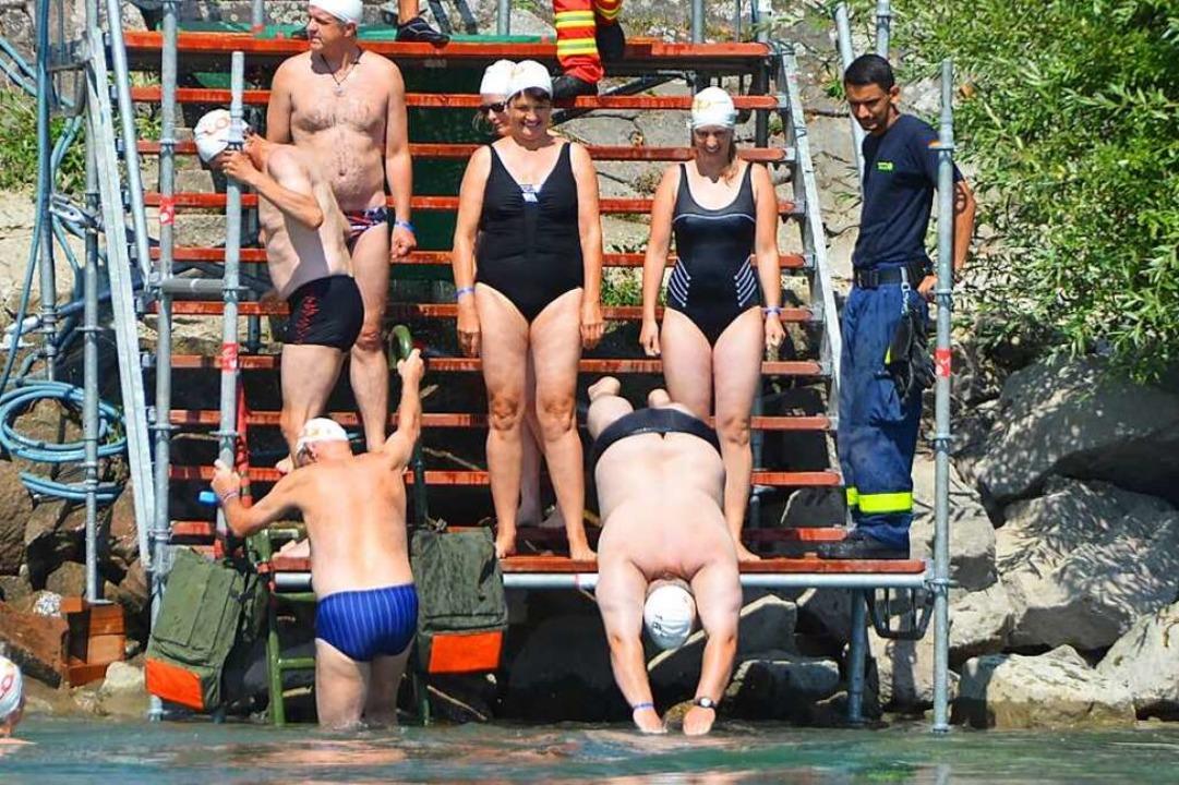 Auf ins kalte Nass: Wasserratten beim Zweibrückenschwimmen  | Foto: Tobias Hilpert