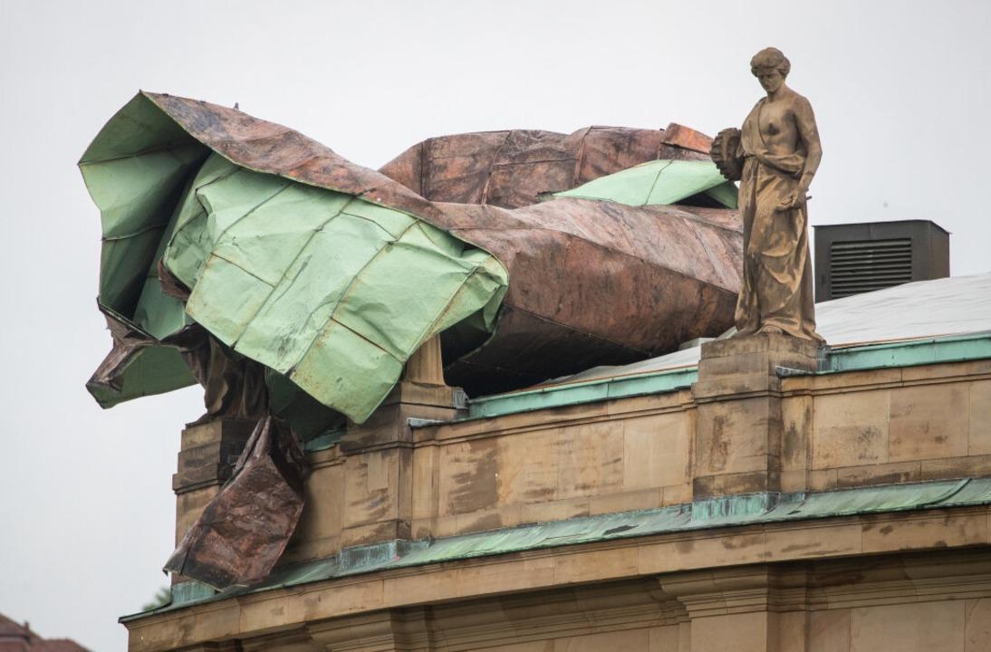 Stuttgart: Teile des Dachs des Opernha...inem Unwetter stark beschädigt worden.  | Foto: Christoph Schmidt (dpa)