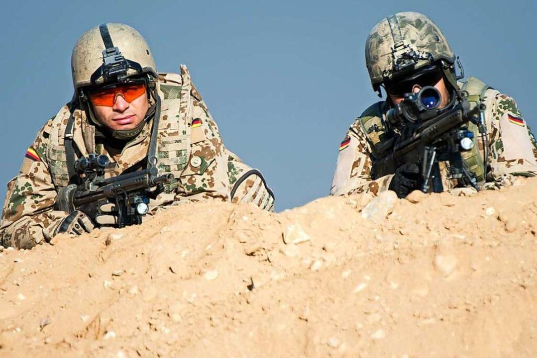 Ein Bundeswehrsoldat liegt 2013 im Cam...harif während einer Übung in Stellung.  | Foto: Maurizio Gambarini