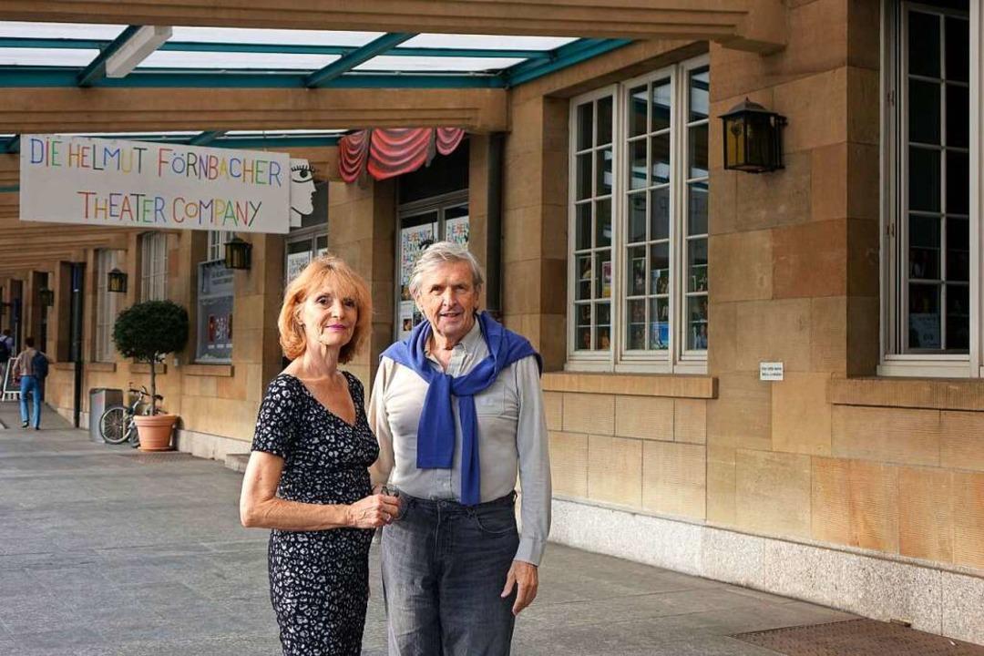 Kristina Nel und Helmut Förnbacher vor ihrem Theater    Foto: Roswitha Frey