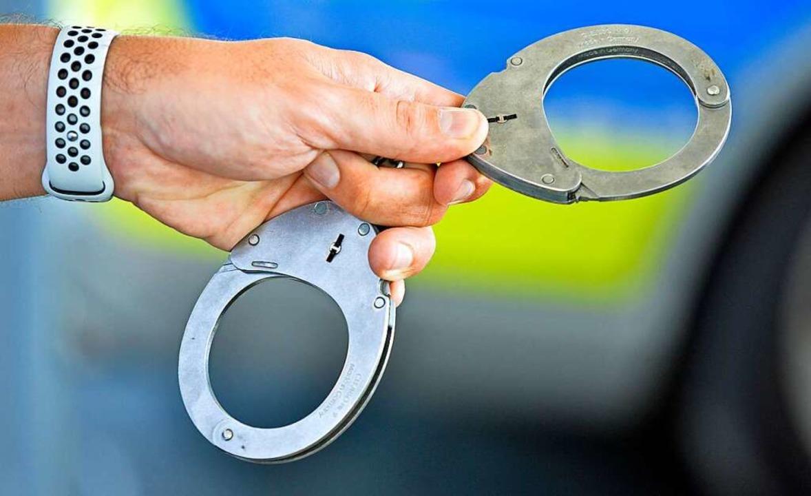 Die Polizei hat zwei mutmaßliche Räube...burg-Haslach festgenommen. Symbolbild.  | Foto: Michael Bamberger
