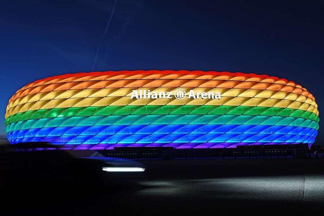 Die Allianz-Arena in München leuchtete...n. Die UEFA hatte die Aktion verboten.  | Foto: Tobias Hase (dpa)