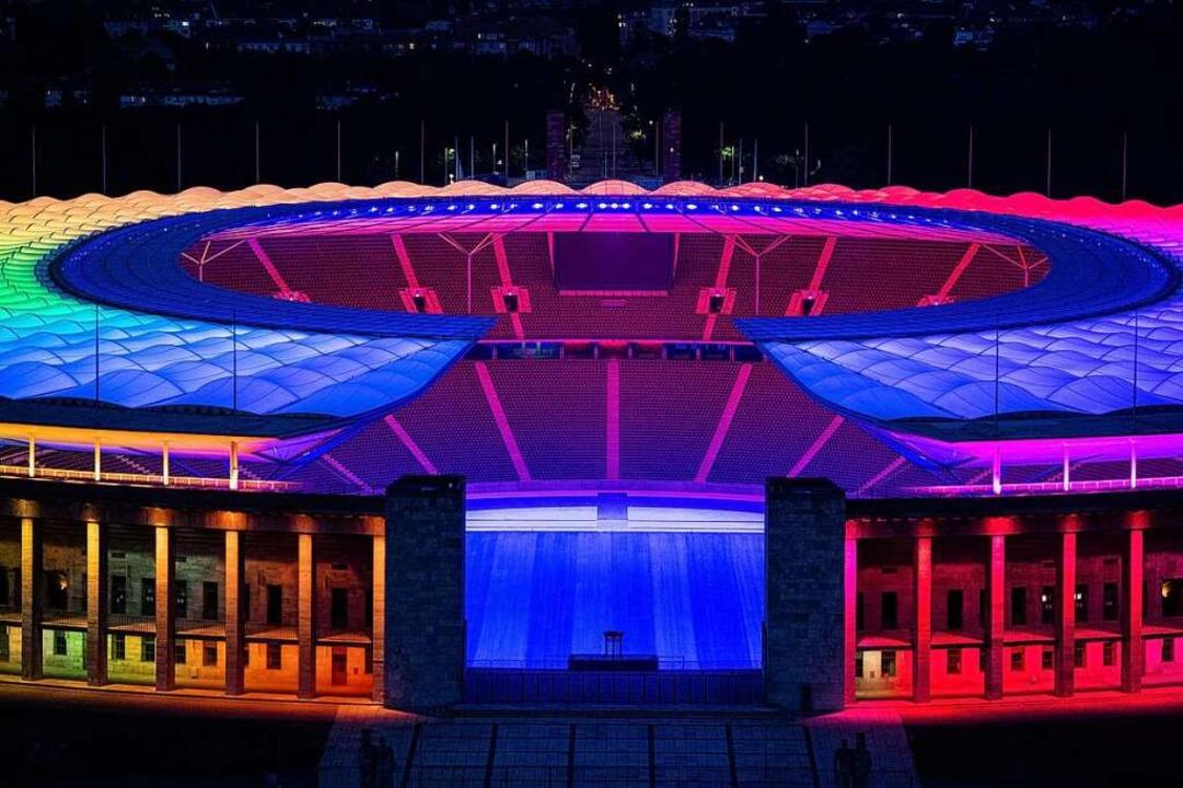 Auch das Olympiastadion in Berlin stra...sowie geschlechtliche Vielfalt gelten.  | Foto: Christophe Gateau (dpa)