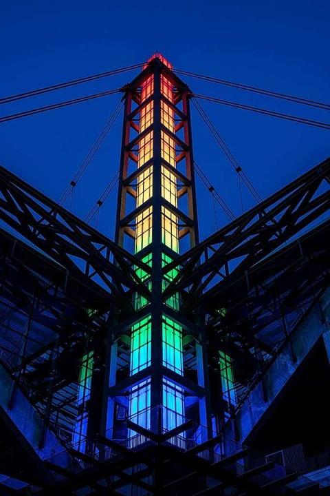 Während des Spiels war jedoch das Rhei...n Köln in Regenbogenfarben beleuchtet.  | Foto: Marius Becker (dpa)