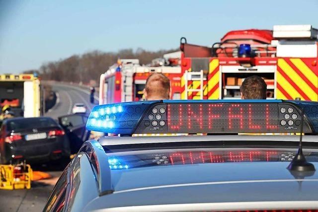 Beim Linksabbiegen: Autos kollidieren auf der Bundesstraße 317