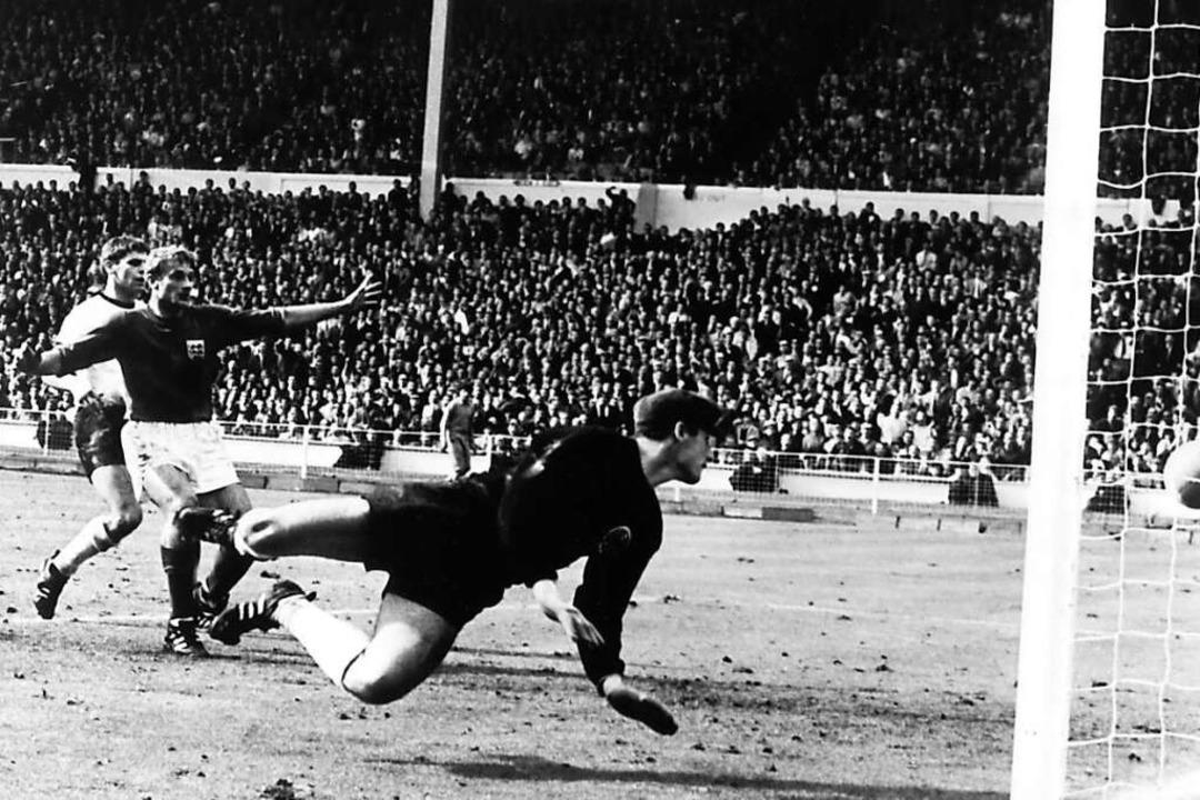 30.07.1966, Großbritannien, London: To...ll knallt von der Latte auf den Boden.  | Foto: - (dpa)