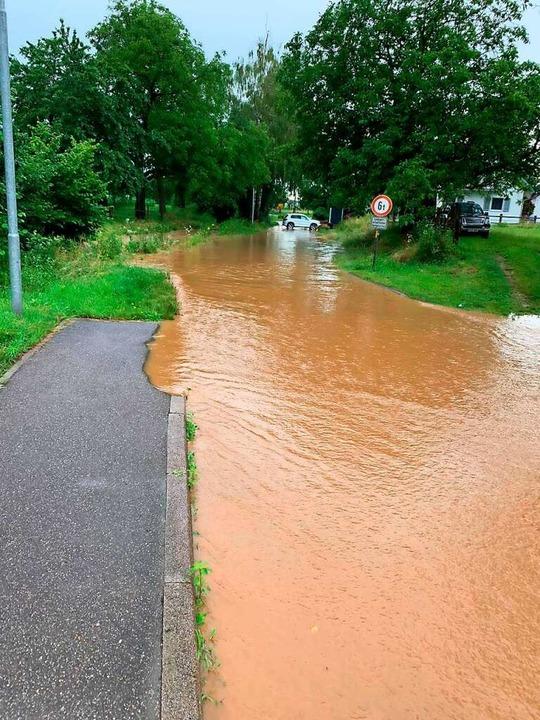 In Ehrenkirchen war ebenfalls  eine Straße überflutet.  | Foto: Feuerwehr Ehrenkirchen