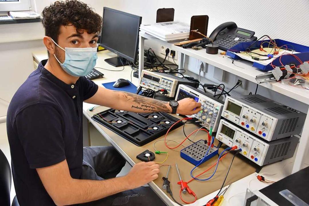 Mitarbeiter Lukas Kaltenbach bei der Qualitätskontrolle   | Foto: Bernd Kramer