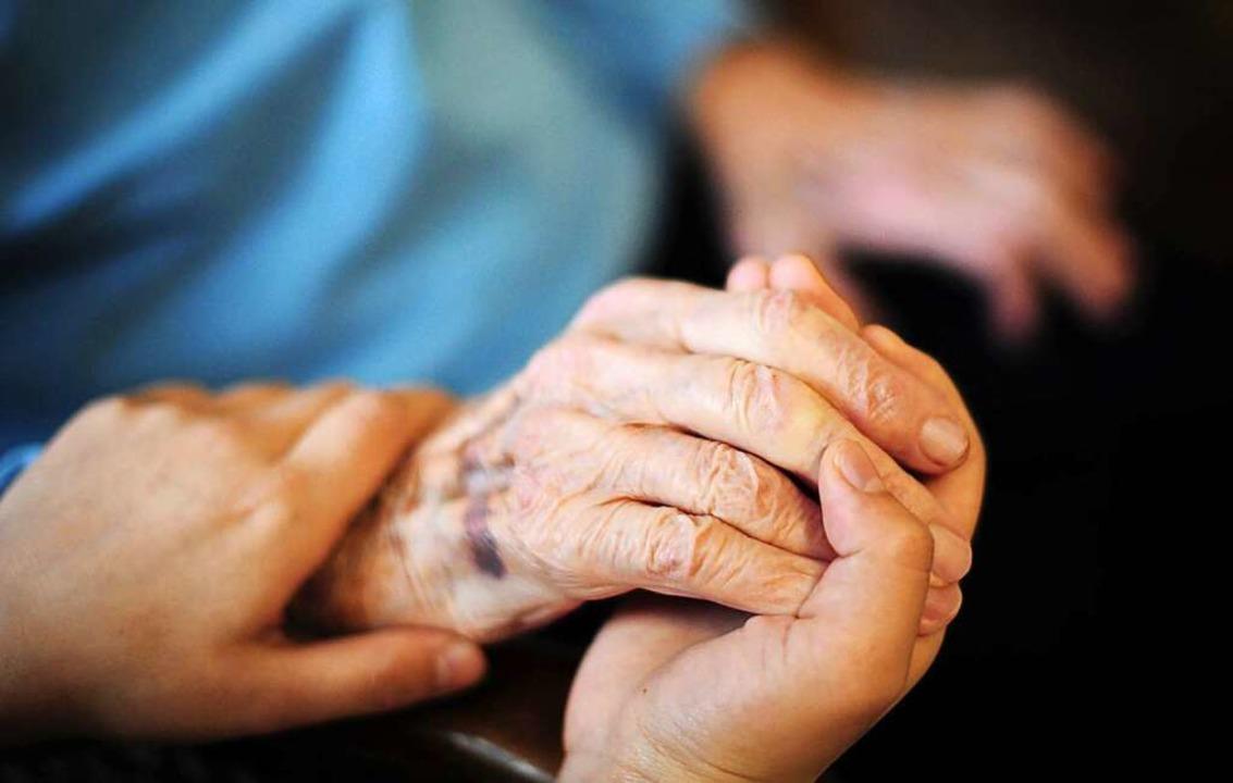 Eine Zusatzversicherung begrenzt das finanzielle Risiko der Pflege.    Foto: Daniel Reinhardt (dpa)