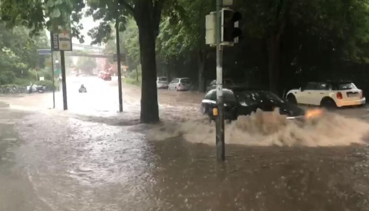 Beim Freiburger Stadtgarten stand  eine Straße unter Wasser.  | Foto: Markus Fangmann